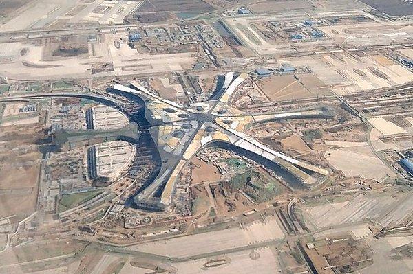 В Пекине открыли самый большой аэропорт мира, построенный в форме легендарного Феникса