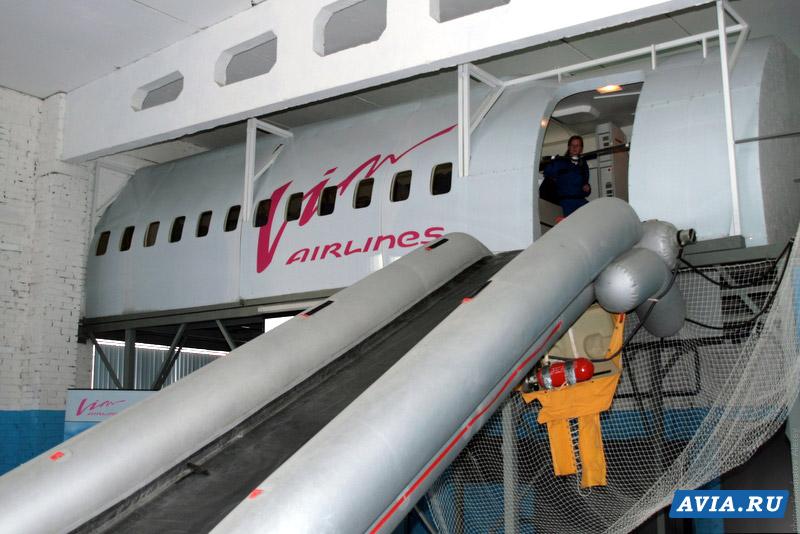Так выглядит наземный тренажер имитирующий салон самолета Боинг-757.